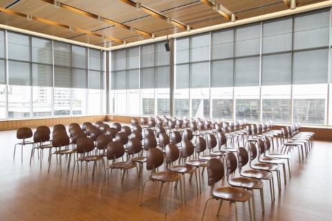 salle avec des chaises et une scene