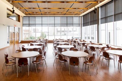 salle de conference avec des tables rondes et chaises